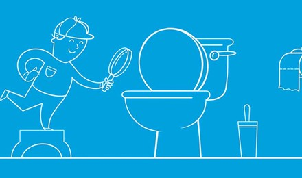 Un băiat îmbrăcat ca un detectiv, investigând o toaletă cu lupa