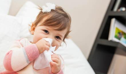Малко момиче избърсване носа си с кърпичка