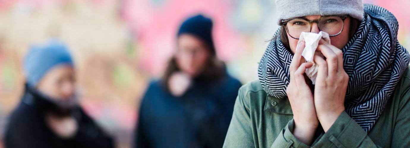 Една жена духаше носа си, които може да искате да знаете как да се стимулира имунната система, така че тя може да спре духаше носа си толкова често