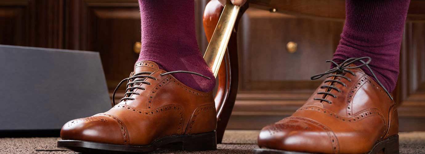 Мъж с кафява кожа полирани Оксфорд обувки