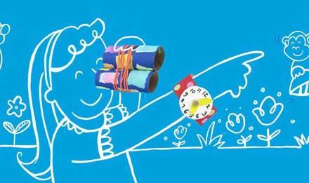 Děti zabavují pětileté děti s dalekohledy a dalšími hračkami vyrobenými z pomalované lepenky
