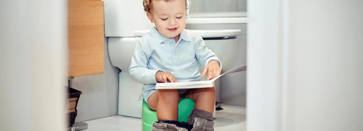 6 sfaturi esențiale pentru a învăța băieții să folosească olița