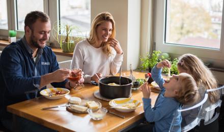 Как да научим децата на обноски за хранене