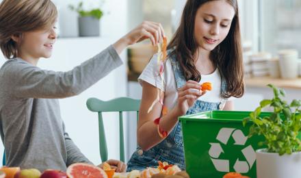 Egy család csökkenti az élelmiszer-pazarlást az ételmaradékok komposztálásával