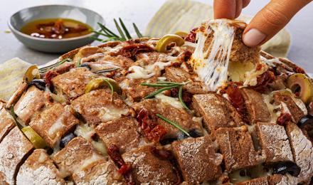 Mediterranes Zupfbrot Rezept: Mit getrockneten Tomaten und leckerem Olivenöl ein Highlight auf jedem Tisch.