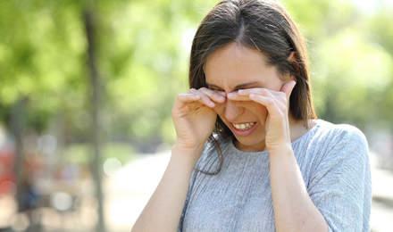 Μια γυναίκα τρίβει τα μάτια της