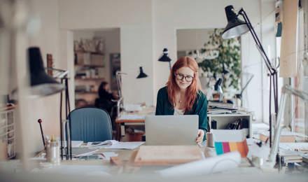 Μια γυναίκα εργάζεται σε υπολογιστή στο γραφείο της
