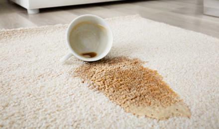 Kaffeeflecken auf einem beigefarbenen Teppich