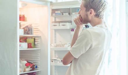 Férfi ételt keres a hűtőben