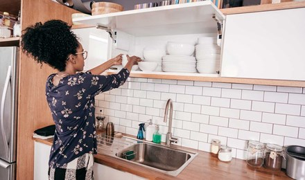 Жена прави някои кухня организация