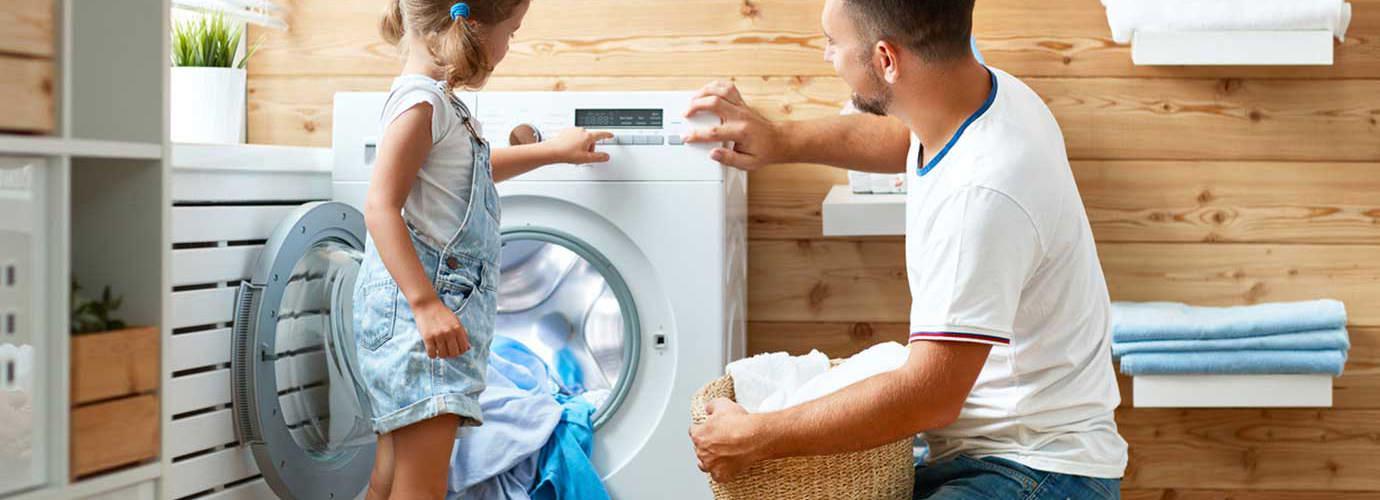Otec a dcera se společně starají o prádlo
