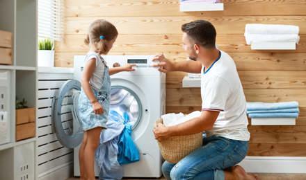Apa és lánya mossa a ruhákat együtt vidáman