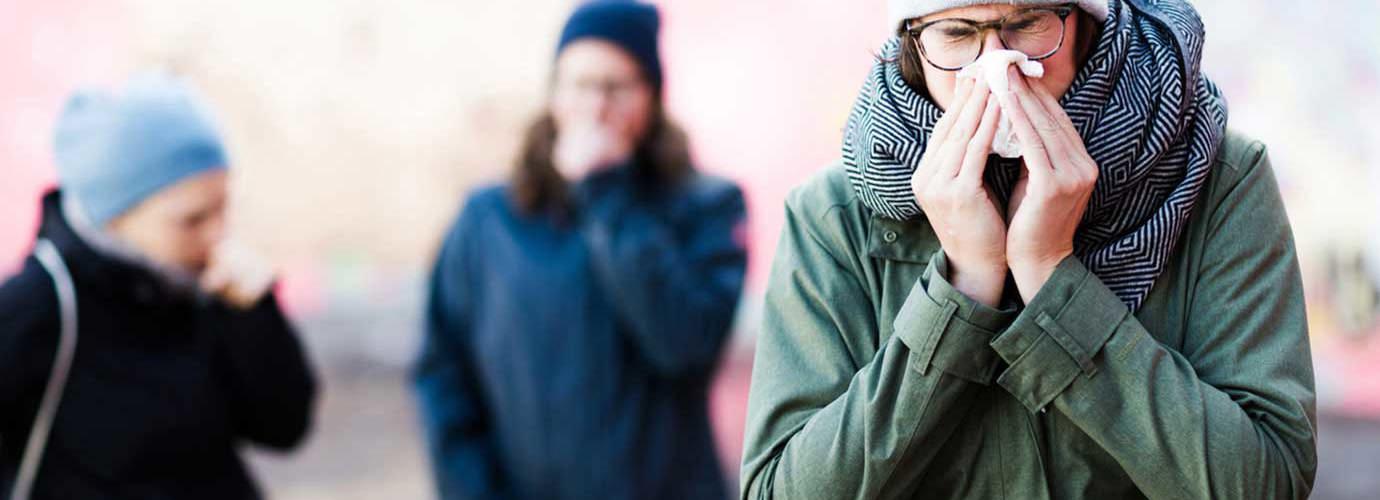 Egy fiatal nő tüsszög, aki szeretne házi gyógymódot az orrdugulásra