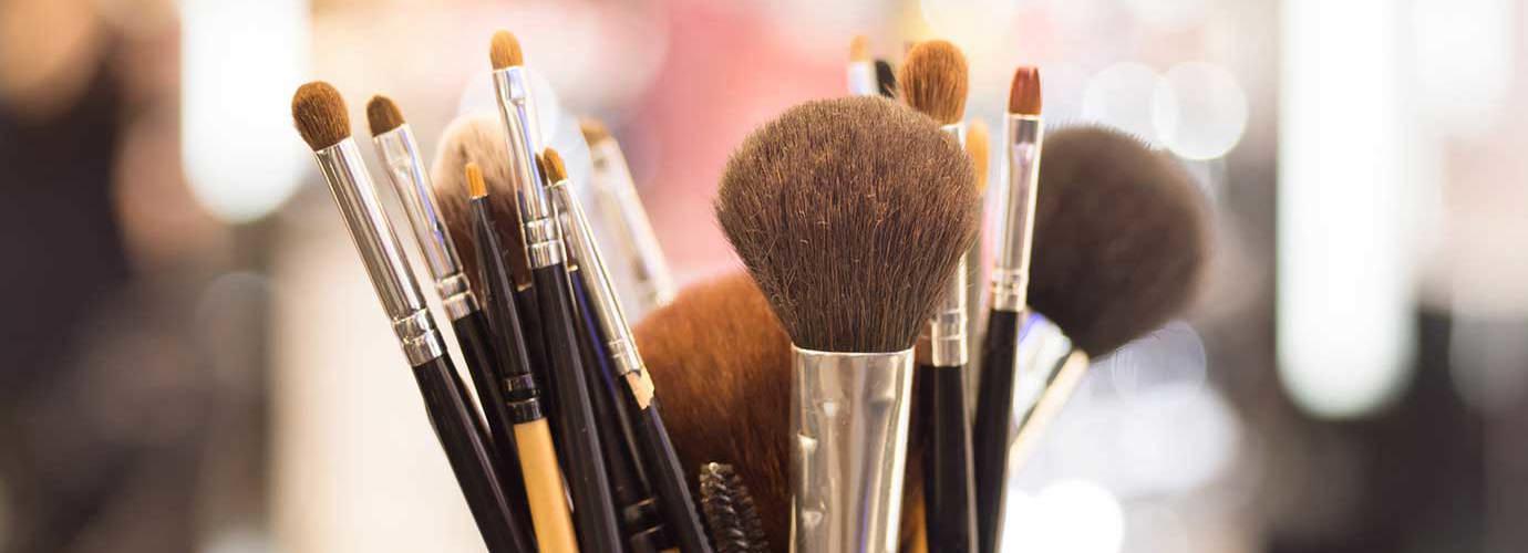 Крупный план профессиональных кистей для макияжа