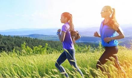Две жени, които минават през полето, които имат нос хрема, когато работи