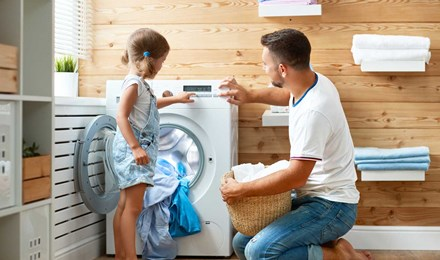 Баща и дъщеря дете пере заедно в забавни детски пералня време