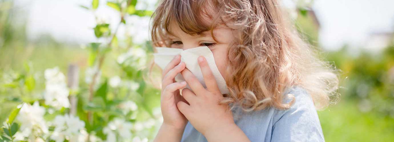 Fetiță suflă nasul pentru a calma alergia la polen