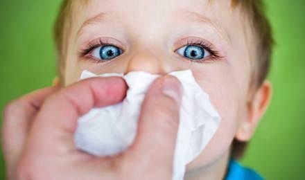 Chlapec a čistění nosu papírovým kapesníkem