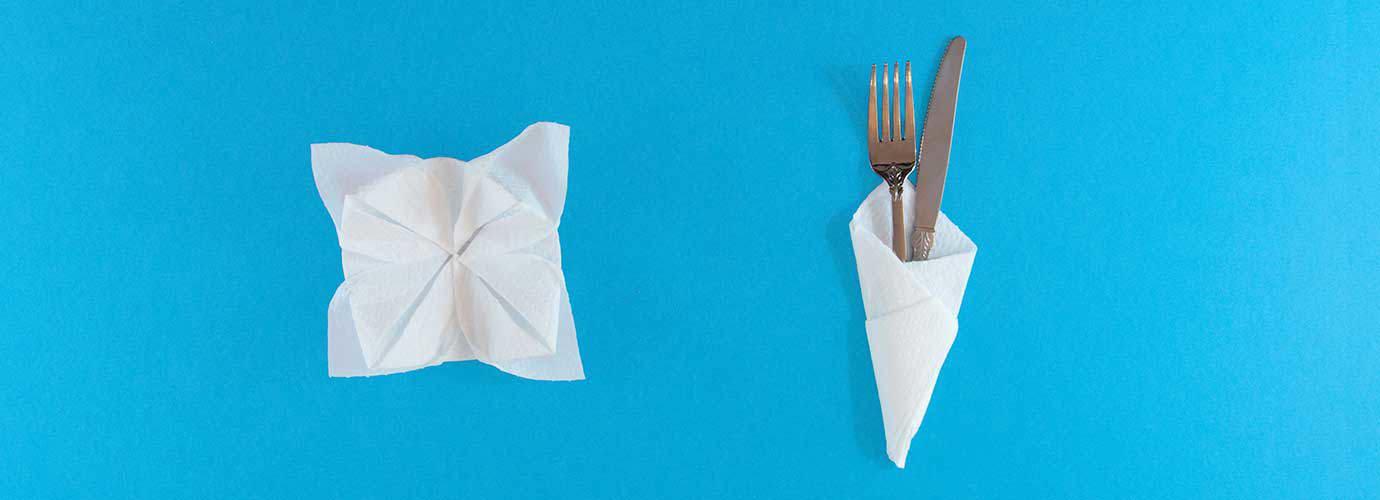 Ozdobné skládané ubrousky ve tvaru květiny a kornoutek pro nůž a vidličku