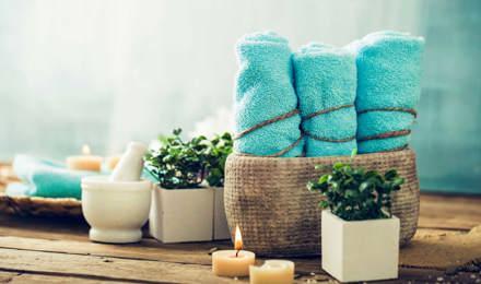 Koupelnové dekorace pro skvělý pocit - tyrkysové ručníky, svíčky a rostlinky