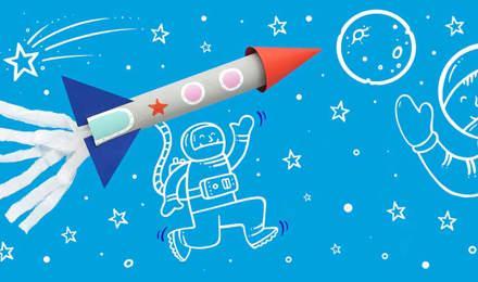 Igračka raketa izrađena od kartonske cijevi i papira na ilustriranoj pozadini plavog svemira