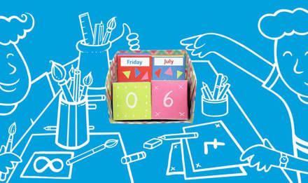 Ilustrirana djeca na plavoj podlozi izrađuju kalendar za stolom