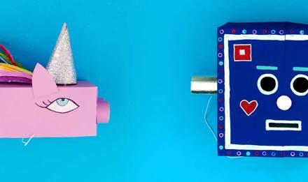 Zgodni dječji kostimi jednoroga i robota izrađeni od obojenih recikliranih kutija maramica