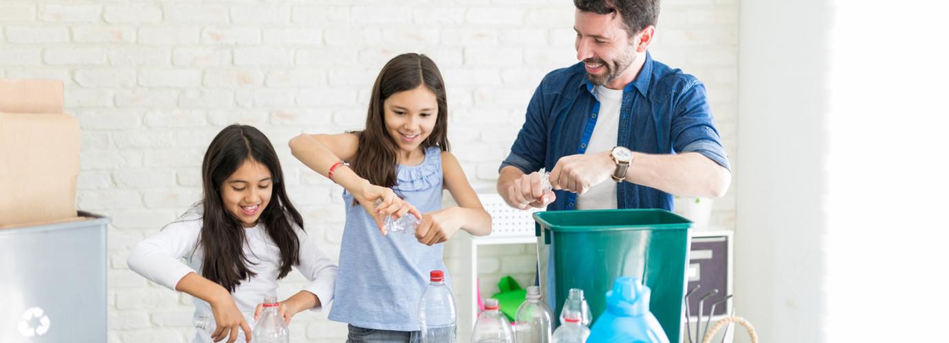 Egy család újrahasznosít otthonában