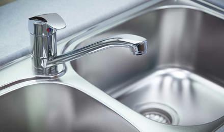 Крупный план водопроводного крана из хрома или алюминия
