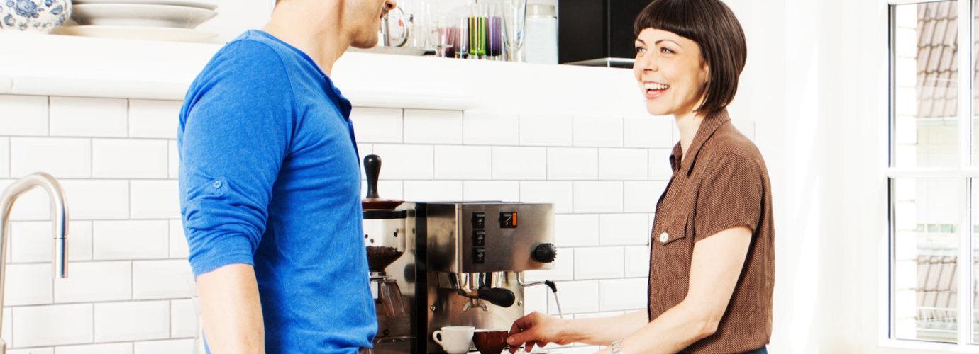 Hogyan kell vízkőmentesíteni és mélytisztítani a jól bevált kávéfőződet?