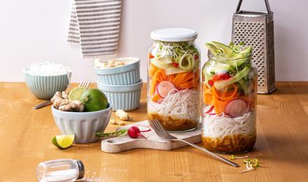 Reisnudelsalat mit Avocado und Erdnuss