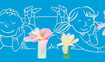 На малюнку зображені діти, які в захваті від саморобних квітів, зроблених з трубок та паперу
