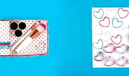 Schmuckbox aus dekoriertem Karton mit weißem Papier und Herzen als Geschenk für Muttertag