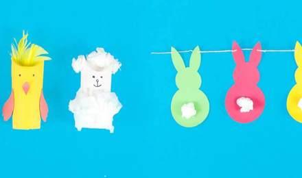 Ein Hase, ein Küken und ein Lamm aus dekorierten Toilettenpapierrollen fürs Osterbasteln