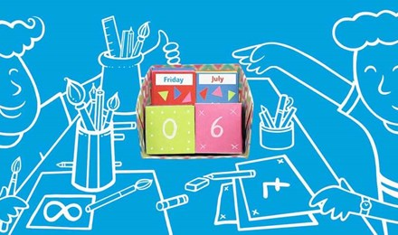 Ein illustriertes Kind vor einem blauen Hintergrund bastelt an einem Tisch