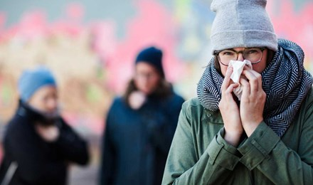 Жінка, яка сякається, хоче знати, як підвищити імунну систему, щоб вона могла припинити сякатися так часто