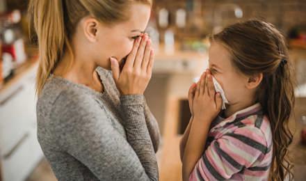Матері показує дочці, як зупинити кровотечу з носа