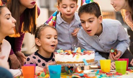 Діти стоять навколо торта на вечірці з нагоди дня народження