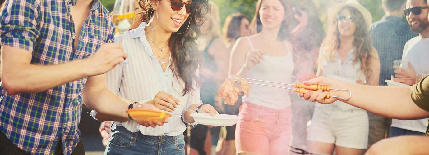 Друзі на вечірці з шашликами