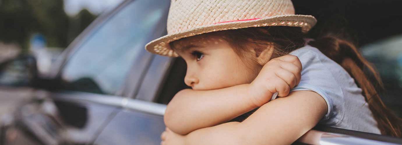 Dijete sa šeširom osjeća mučninu u automobilu