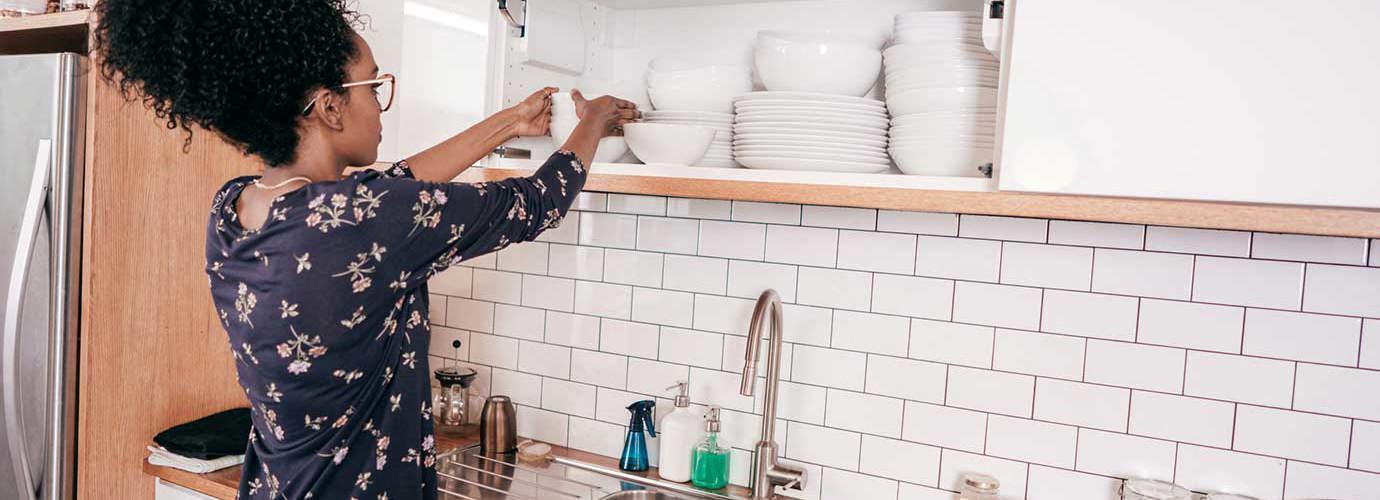 Femeie care face o organizare în bucătărie
