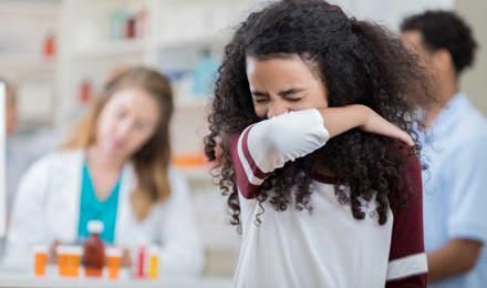 Девушка чихает в ее руку