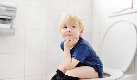 Малыш использует туалет