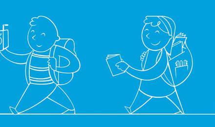 Copii având rechizite noi în ghiozdane, plimbându-se pe coridor în școală