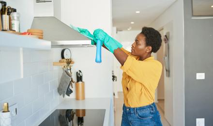 So kannst du deine Dunstabzugshaube reinigen
