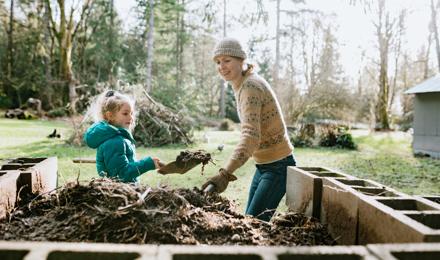 Egy anya és lánya a komposztáláson dolgozik